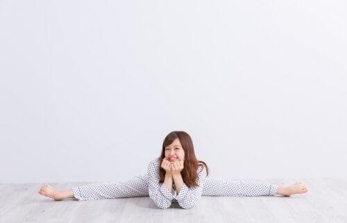 パジャマで開脚している女性