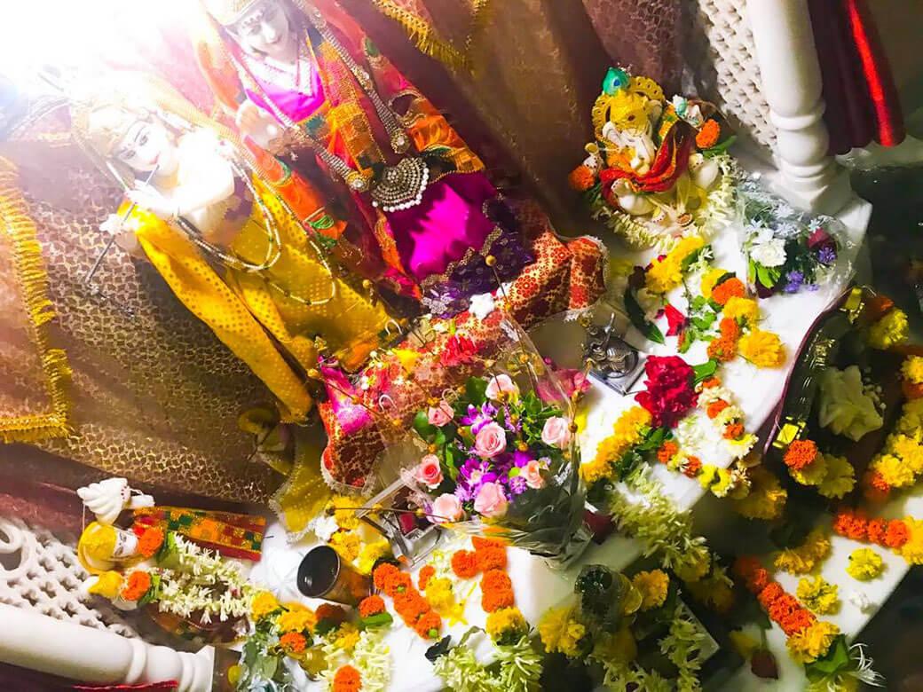 たくさんの花で飾られたクリシュナ神と恋人ラーダ