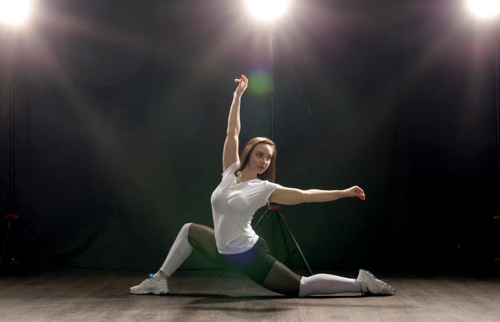 スポットライトを浴びながら踊る女性