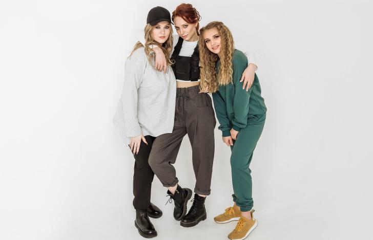 アスレジャーファッションの3人の女性