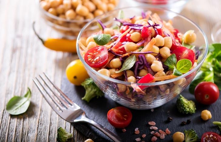 ガラスのボウルに入った豆と野菜のベジタリアン食