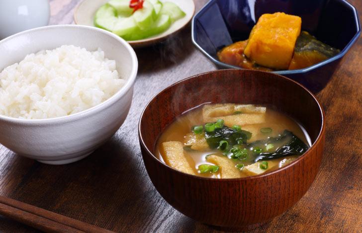 白米と味噌汁と煮物と漬物