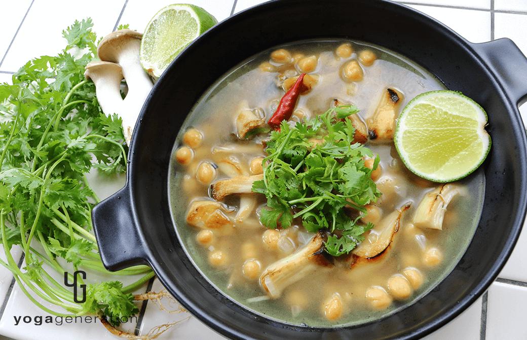黒いお皿に盛り付けたヒヨコ豆とエリンギの酸っぱスパイシースープ