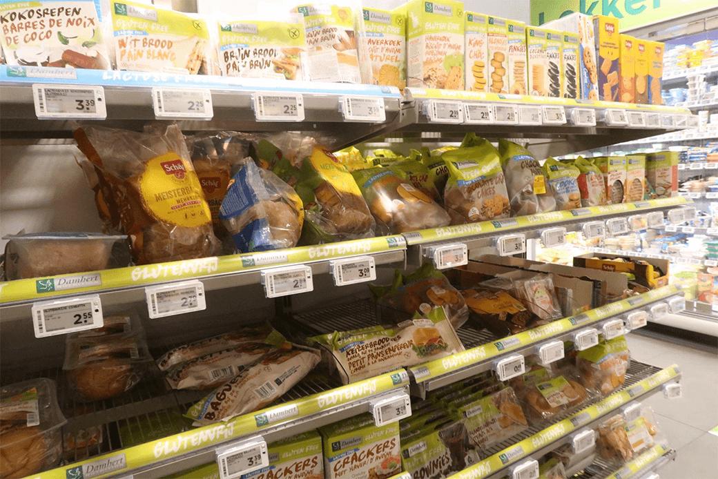商品棚の黄色いラベル「Glutenvrij」部分がグルテンフリー商品(オランダのスーパーで撮影)