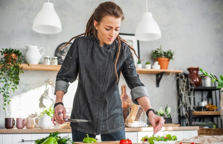 野菜を料理する女性