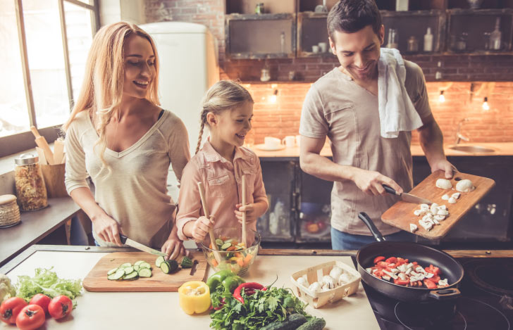 キッチンで料理を楽しむ家族