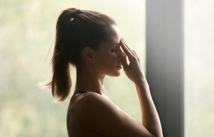 片鼻呼吸法を行う女性の横顔