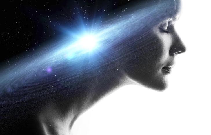 女性の横顔と宇宙のクロスイメージ